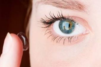 how to put contact lenses