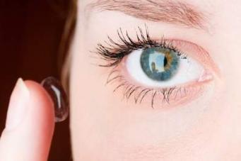 طريقة وضع العدسات اللاصقة في عينيك