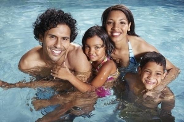 4cd3d1055 هل تفكر في السباحة أثناء ارتداء عدساتك اللاصقة؟ لا تفعل ذلك. تنصح إدارة  الأغذية والأدوية الأمريكية U.S. FDA بتجنب السباحة أثناء ارتداء العدسات  اللاصقة.